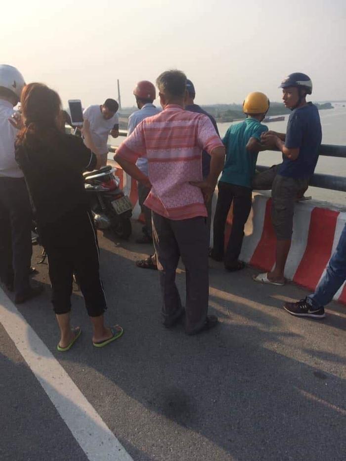 Người phụ nữ để lại xe máy cùng đôi dép trên cầu Thái Hà rồi nhảy xuống sông tự tử-2