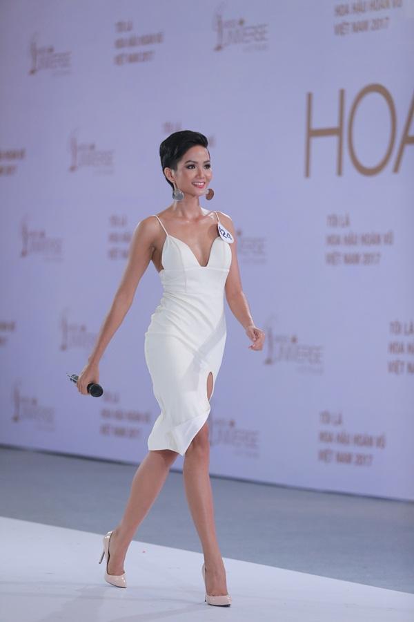 Đẹp nổi bật ngày tuyển sinh, HHen Niê - Phạm Hương - Tiểu Vy được khen thoáng nhìn đã ra hoa hậu-3