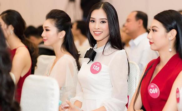 Đẹp nổi bật ngày tuyển sinh, HHen Niê - Phạm Hương - Tiểu Vy được khen thoáng nhìn đã ra hoa hậu-12