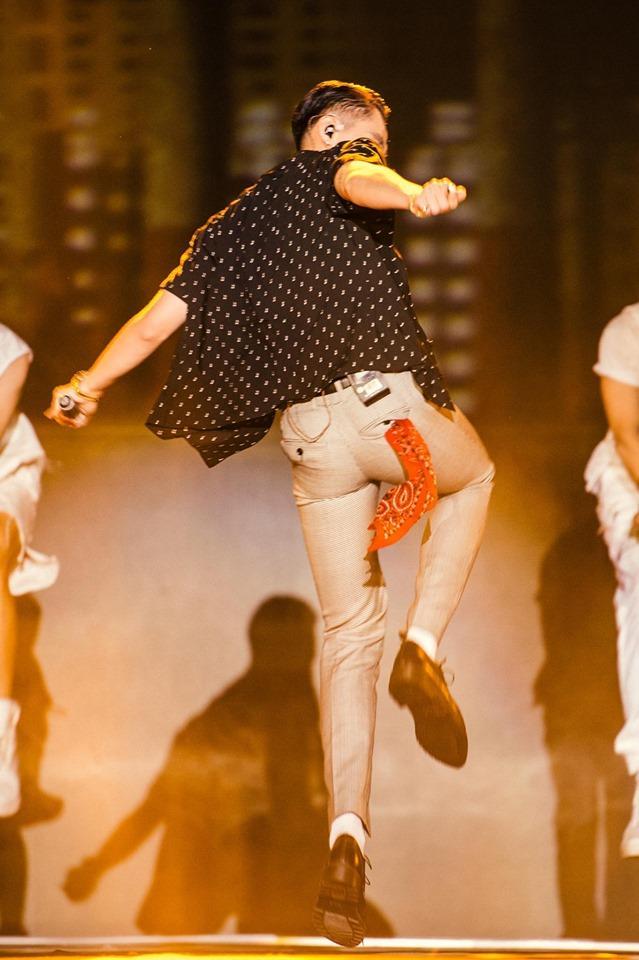 Sơn Tùng bị nghi rách quần vì quẩy quá sung trên sân khấu-5