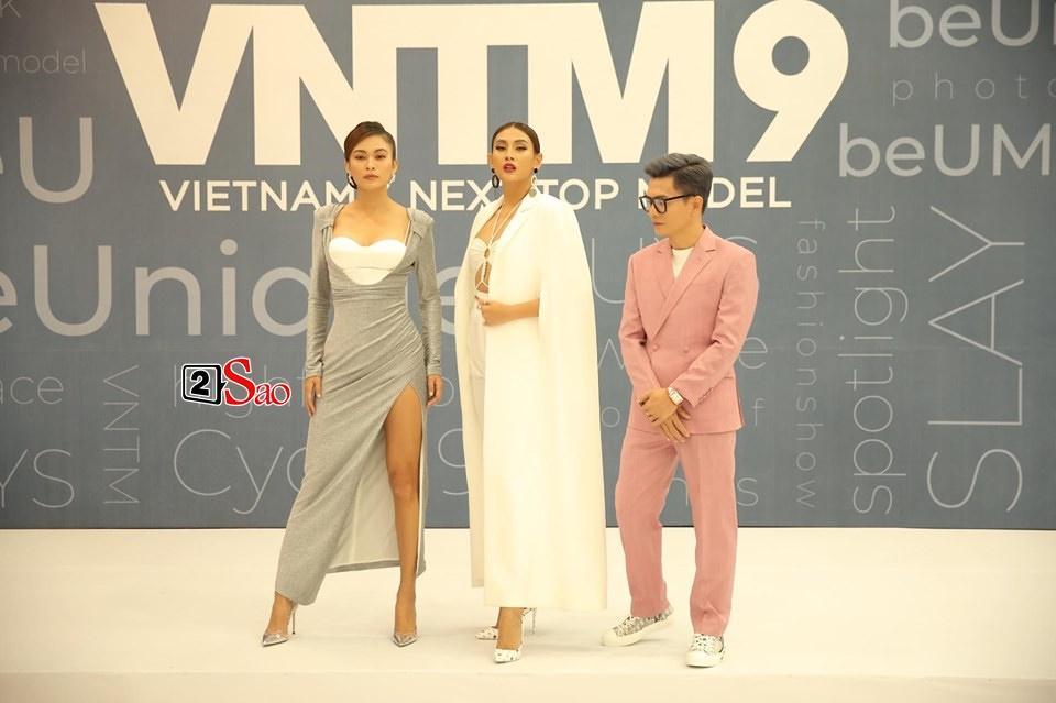 Mâu Thủy lại mém lộ hàng vì váy áo quá ngắn khi làm giám khảo Vietnams Next Top Model-1