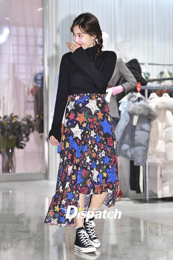 Sau màn vén váy khoe nội y gây tranh cãi, HyunA bất ngờ mặc kín như bưng, tết tóc dễ thương-4