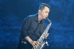 Nghệ sĩ Xuân Hiếu thổi kèn saxophone, cover hit 'Giấc mơ có thật'