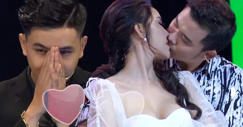 Hoa khôi 9X bị chỉ trích hết hôn bất chấp lại làm hành động phản cảm với trai đẹp trên truyền hình-2