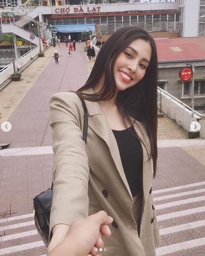 Khoe ảnh cùng anh đi khắp thế gian, Hoa hậu Việt Nam Trần Tiểu Vy đã có bạn trai?-1
