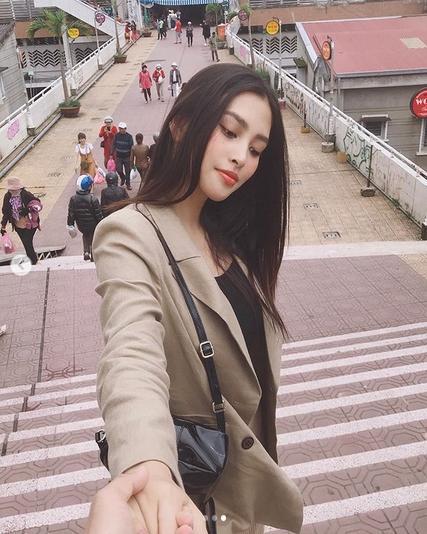 Khoe ảnh cùng anh đi khắp thế gian, Hoa hậu Việt Nam Trần Tiểu Vy đã có bạn trai?-2