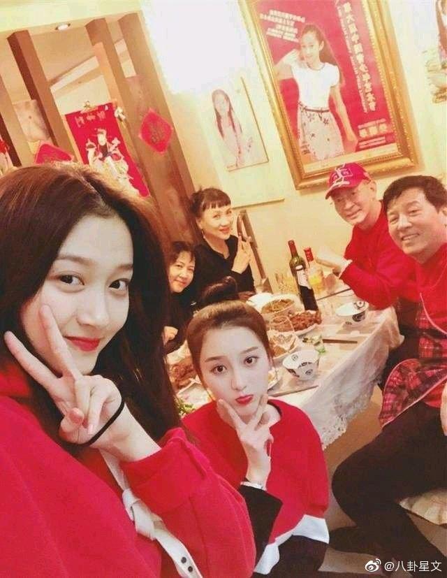 Ngoại hình xinh đẹp không thua kém sao hạng A của con gái Lục Tiểu Linh Đồng-4