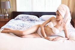 Phạm Hương khiến dân mạng hoa mắt với ảnh nội y uốn éo trên giường