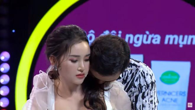 Hoa khôi hôn bạn diễn ở show hẹn hò đang suy sụp, phải truyền nước-2