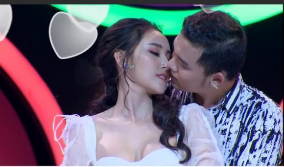 Gu thời trang đời thường nóng bỏng của Hoa khôi vừa bị chỉ trích vì hôn trai lạ trên truyền hình-2