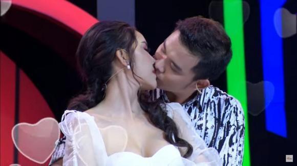 Gu thời trang đời thường nóng bỏng của Hoa khôi vừa bị chỉ trích vì hôn trai lạ trên truyền hình-3