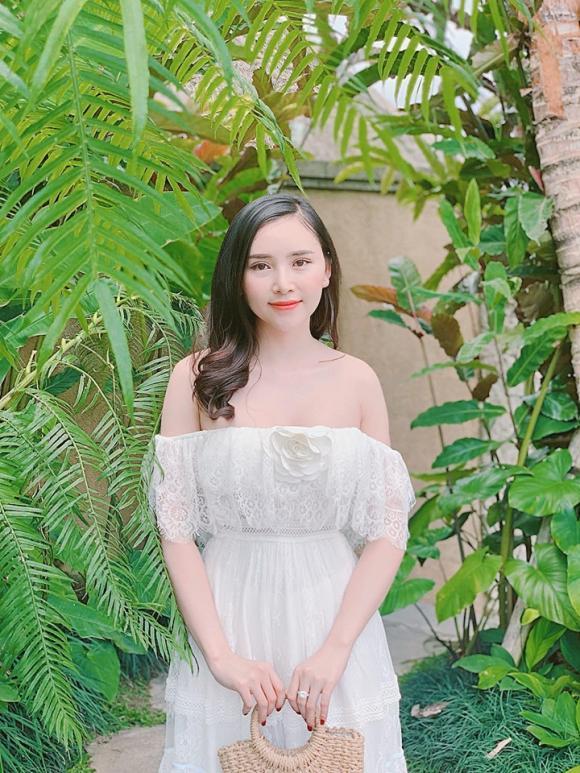 Gu thời trang đời thường nóng bỏng của Hoa khôi vừa bị chỉ trích vì hôn trai lạ trên truyền hình-11