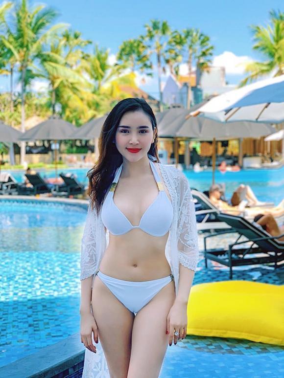 Gu thời trang đời thường nóng bỏng của Hoa khôi vừa bị chỉ trích vì hôn trai lạ trên truyền hình-7