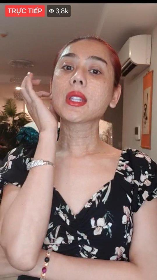 Ăn mặc hớ hênh khi livestream, hotgirl đình đám hết để lộ vòng một thả rông lại bị nghi hàng giả-5