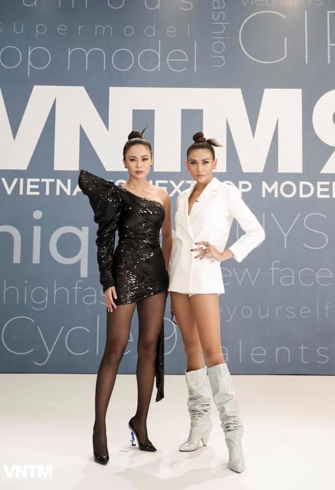 Mâu Thủy lại mém lộ hàng vì váy áo quá ngắn khi làm giám khảo Vietnams Next Top Model-7