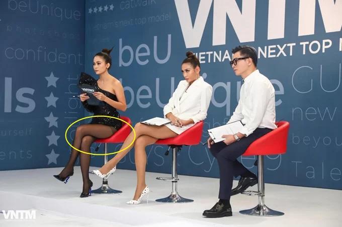 Mâu Thủy lại mém lộ hàng vì váy áo quá ngắn khi làm giám khảo Vietnams Next Top Model-8