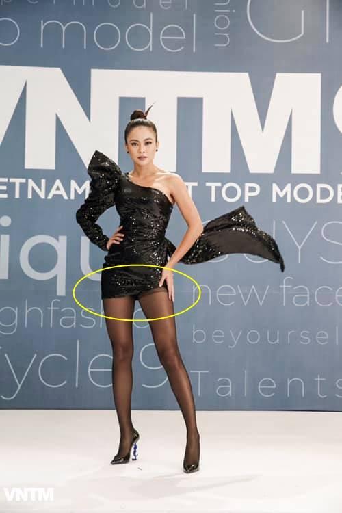 Mâu Thủy lại mém lộ hàng vì váy áo quá ngắn khi làm giám khảo Vietnams Next Top Model-6