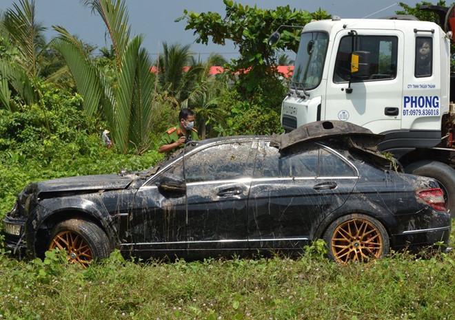 3 thi thể trong xe Mercedes nổi trên rạch-2
