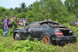 Người thân 'chết đứng' khi thấy thi thể 2 con trai, con dâu đang mang bầu 8 tháng trong xe Mercedes