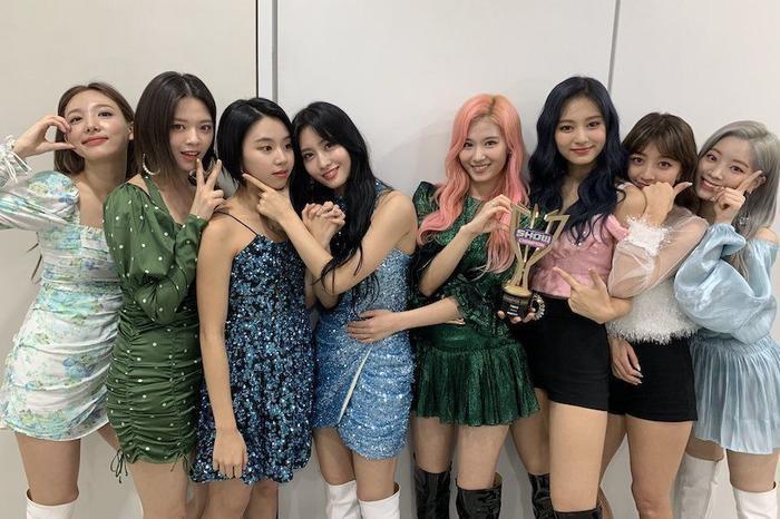 Chiến thắng đầu tiên với Feel Special, hành động từ các cô nàng TWICE khiến fan không cầm được nước mắt-2
