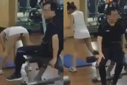 Vừa cúi người xuống, cô gái trẻ làm cả phòng tập gym đỏ mặt với kiểu thời trang hở hang