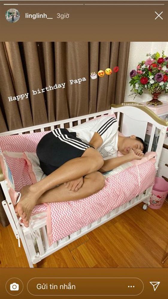 Bùi Tiến Dũng bị bà xã tung dáng ngủ nhạy cảm, dân tình rút bài học: Đừng ngủ khi vợ bạn còn thức-1