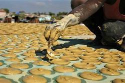 Bánh làm từ bùn, đồ ăn cứu sống người dân Haiti