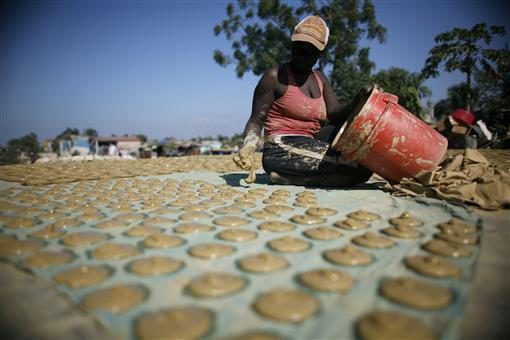 Bánh làm từ bùn, đồ ăn cứu sống người dân Haiti-1