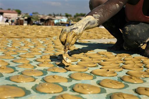 Bánh làm từ bùn, đồ ăn cứu sống người dân Haiti-2