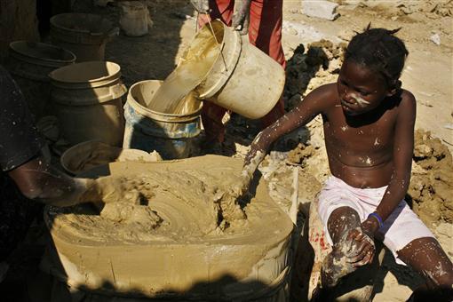 Bánh làm từ bùn, đồ ăn cứu sống người dân Haiti-3