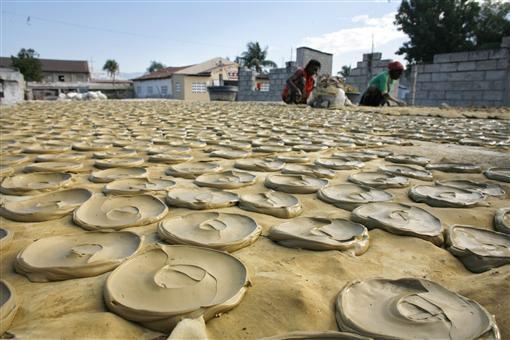 Bánh làm từ bùn, đồ ăn cứu sống người dân Haiti-4