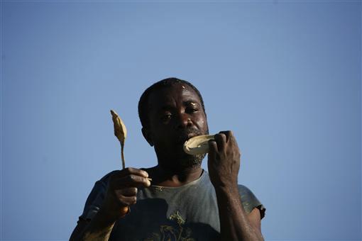 Bánh làm từ bùn, đồ ăn cứu sống người dân Haiti-5