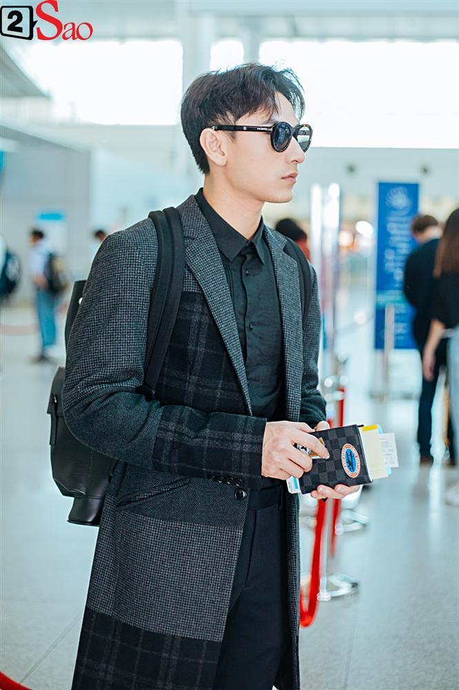 Isaac vẫn chuẩn men khi kéo vali màu hồng đi LHP Busan-2