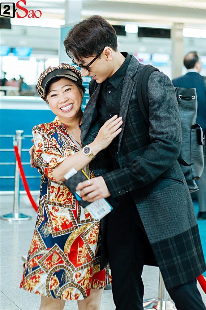 Isaac vẫn chuẩn men khi kéo vali màu hồng đi LHP Busan-6