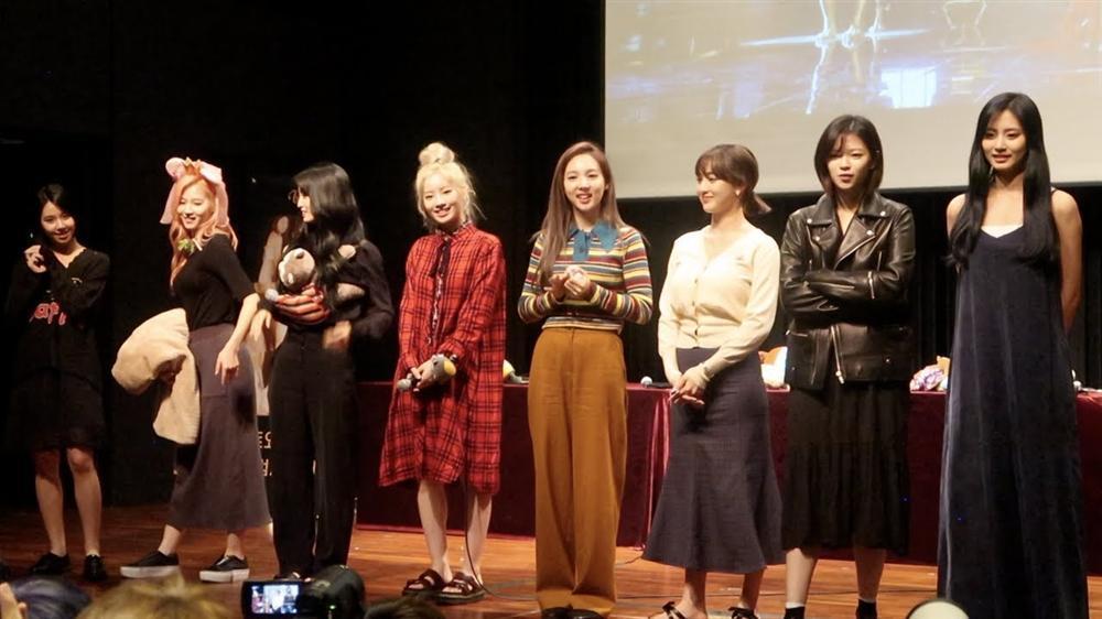 Sau sự cố rách váy của Nayeon, TWICE mặc kín cổng cao tường, thoải mái bung lụa trong fanmeeting-3