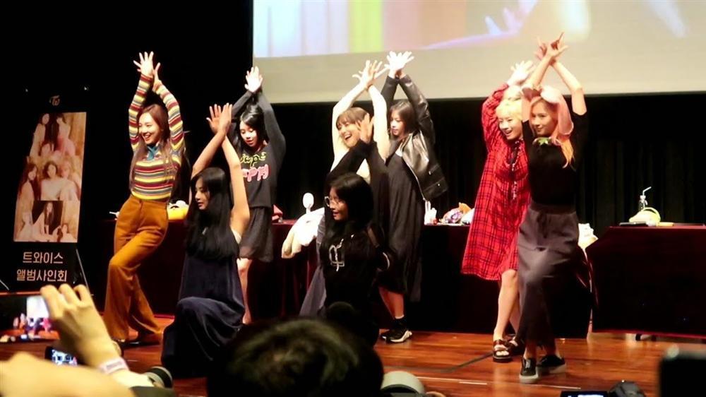 Sau sự cố rách váy của Nayeon, TWICE mặc kín cổng cao tường, thoải mái bung lụa trong fanmeeting-5