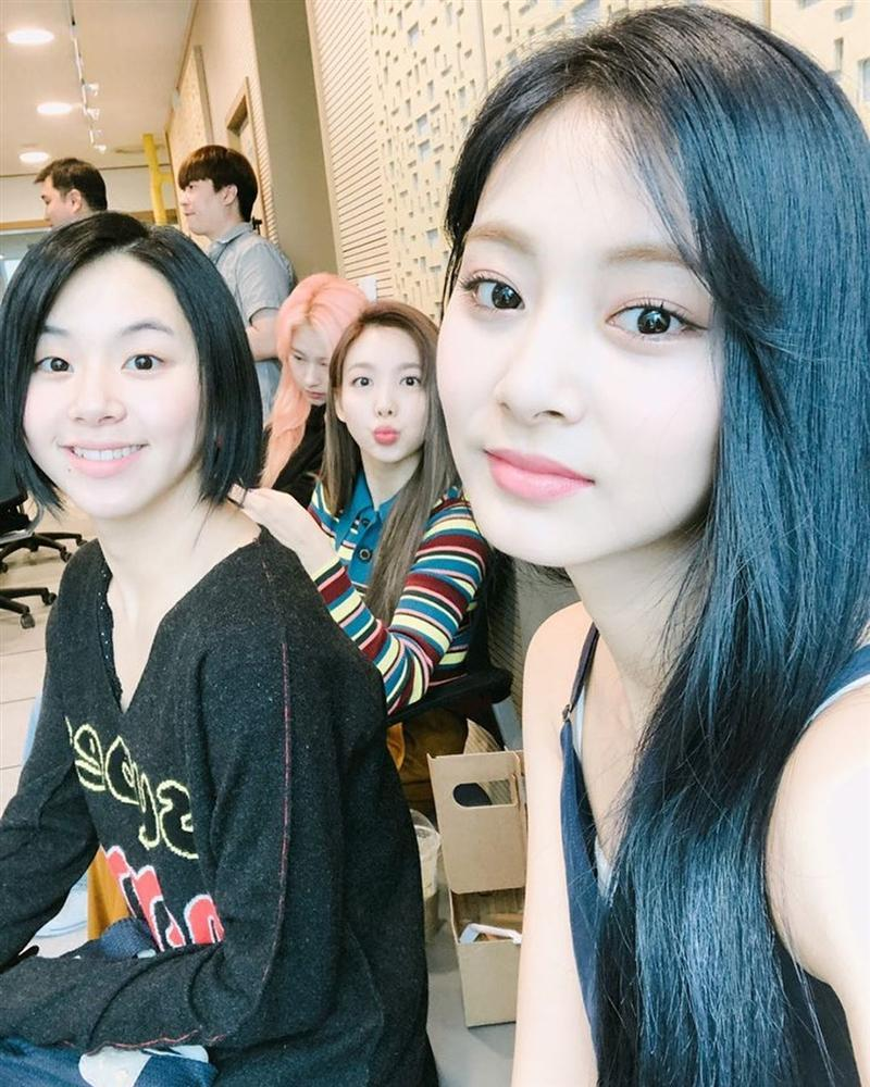 Sau sự cố rách váy của Nayeon, TWICE mặc kín cổng cao tường, thoải mái bung lụa trong fanmeeting-4