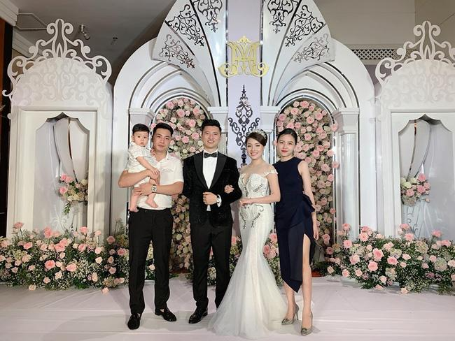 Nữ giảng viên nổi tiếng được bạn trai hotboy bê cả lâu đài siêu to khổng lồ vào hôn lễ-1
