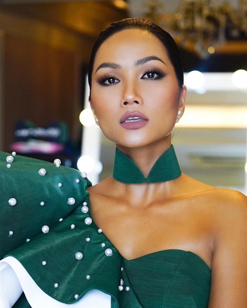 Bản tin Hoa hậu Hoàn vũ 3/10: Áo dài phá cách của HHen Niê nhường sóng cho áo phông đậm tình mẫu tử-2
