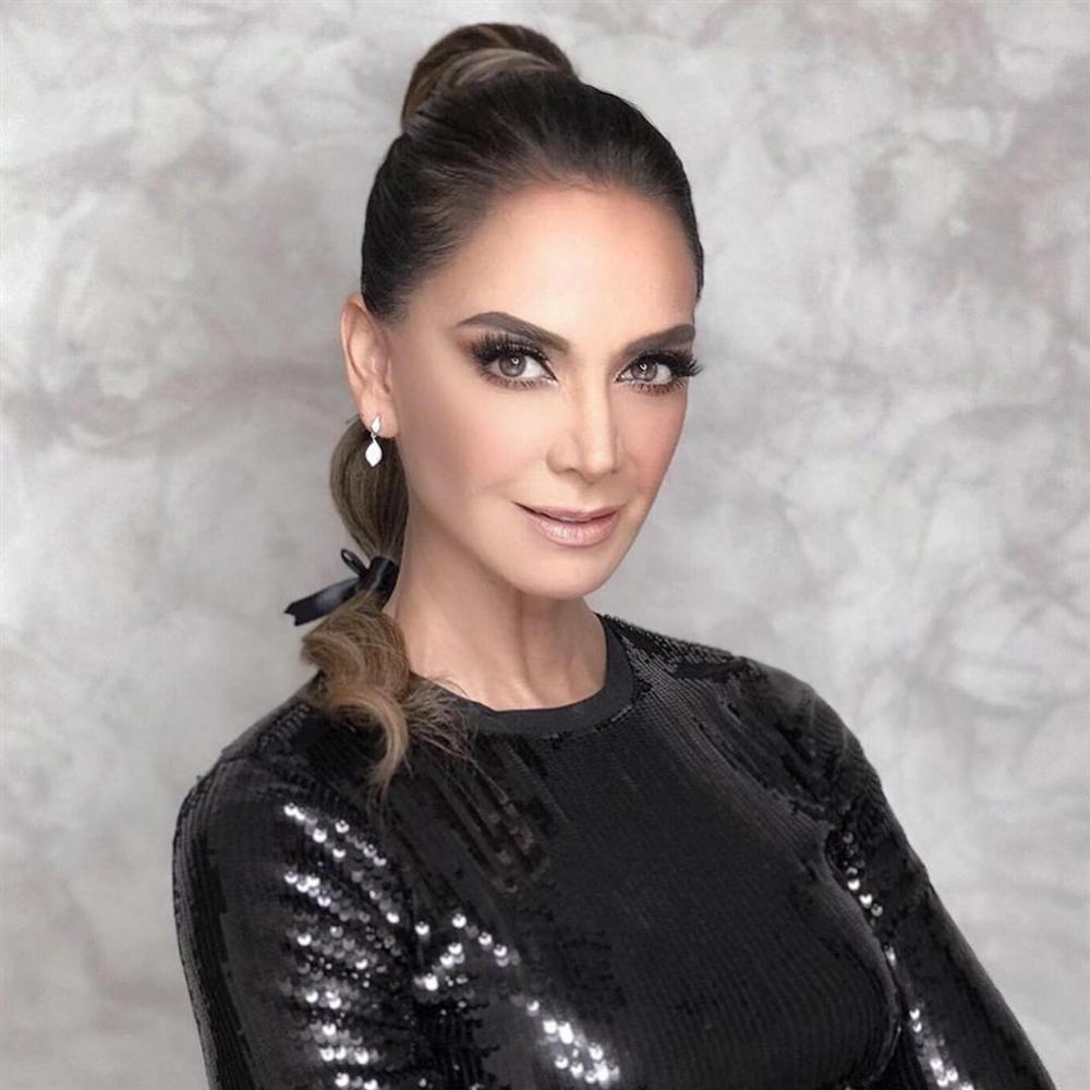 Bản tin Hoa hậu Hoàn vũ 3/10: Áo dài phá cách của HHen Niê nhường sóng cho áo phông đậm tình mẫu tử-3