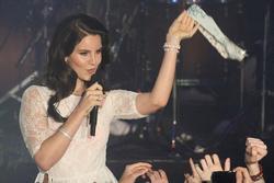 Những Idol 'sung sướng cực độ' khi fan tặng quần lót, nội y lúc đang trình diễn
