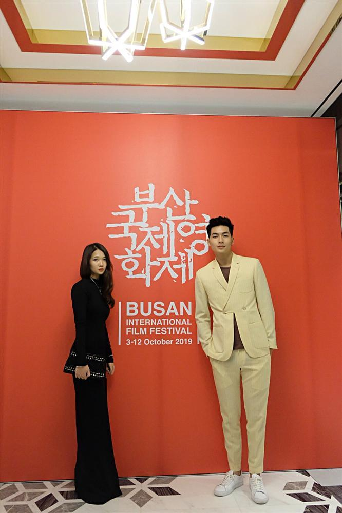 Isaac và Diệu Nhi thay đồ, makeup tại sân bay để kịp dự thảm đỏ LHP Busan-8