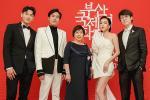 Isaac và Diệu Nhi thay đồ, makeup tại sân bay để kịp dự thảm đỏ LHP Busan