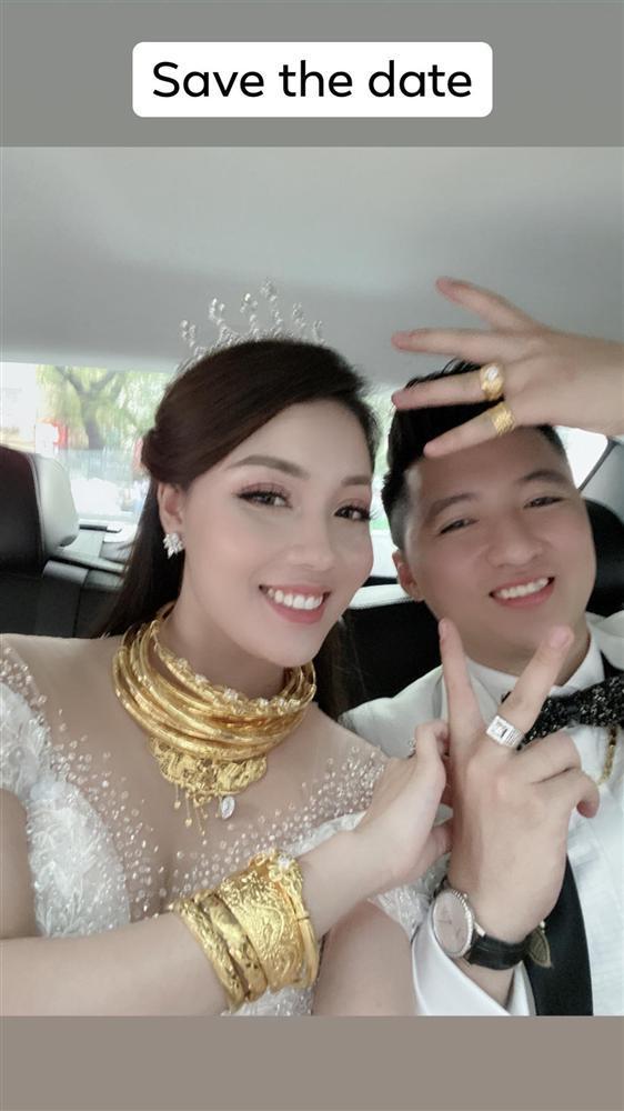 2 ngày sau đám cưới, nữ giảng viên xinh đẹp khoe ảnh vàng dát quanh người-1