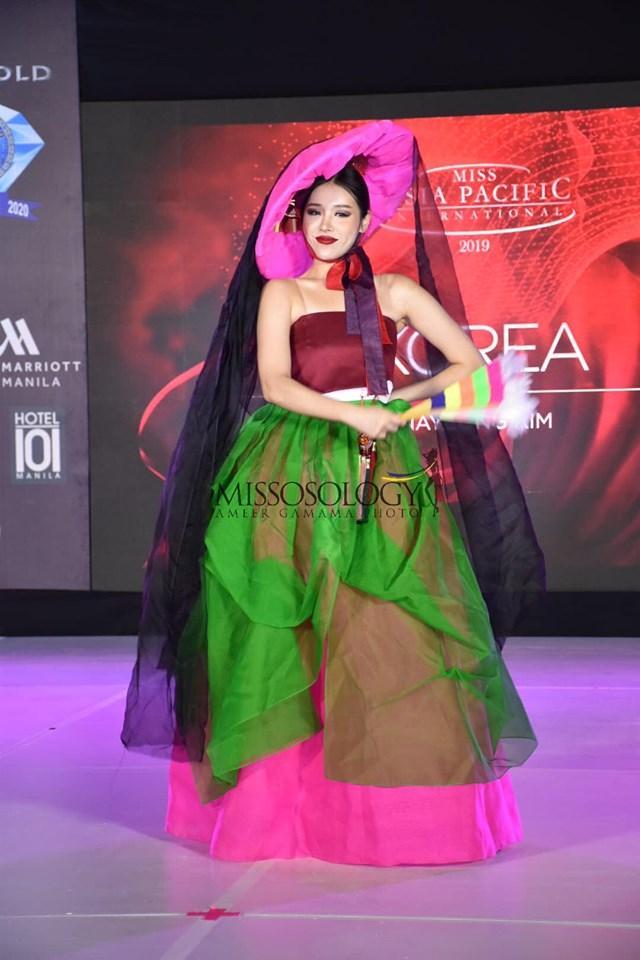 Quốc phục của Thu Hiền bị chê không liên quan, trắng tay tại Hoa hậu Châu Á Thái Bình Dương 2019-16