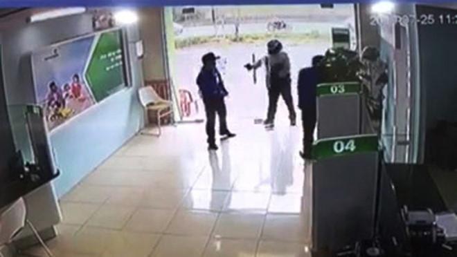 Cần khởi tố Thượng úy công an cầm súng xông vào ngân hàng tội cướp-1
