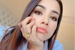 Hoa hậu Phạm Hương đeo nhẫn kim cương ngón áp út khiến dân mạng trầm trồ