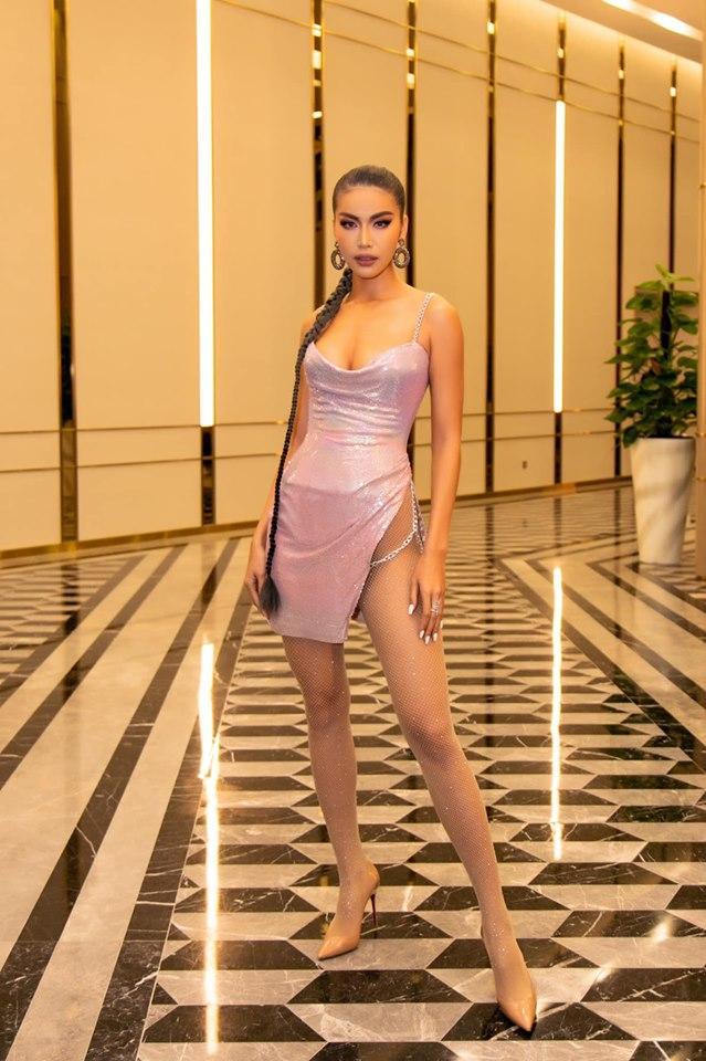Minh Tú diện váy xẻ hông tít tắp thả nhẹ một đường catwalk nóng bỏng khiến fan thót tim sợ lộ hàng-1