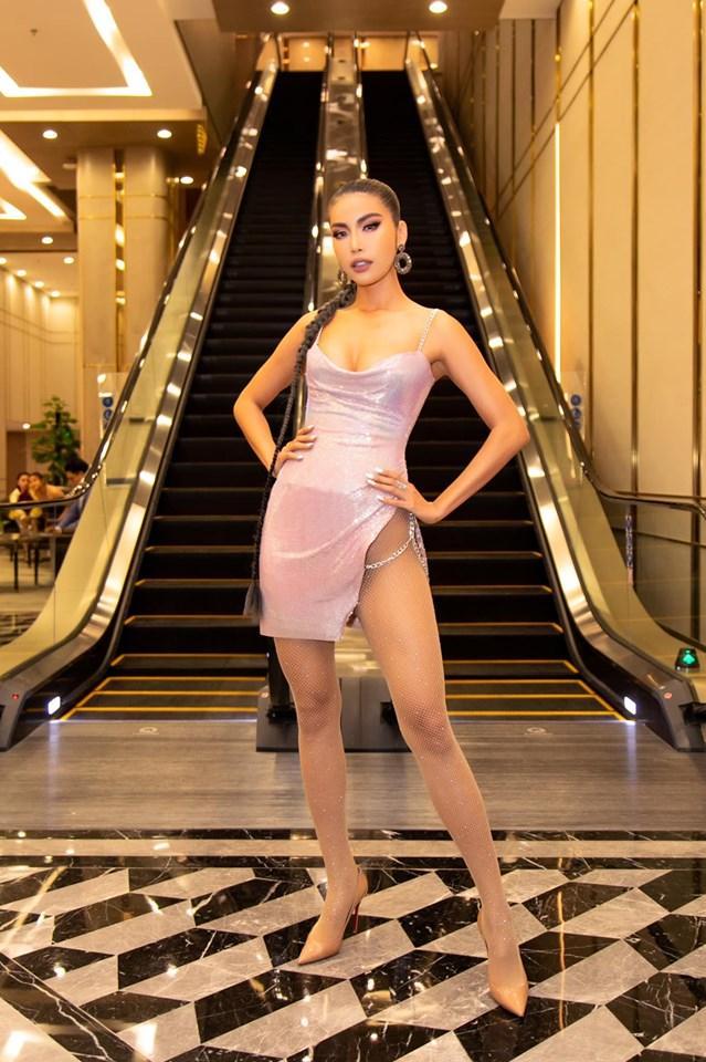 Minh Tú diện váy xẻ hông tít tắp thả nhẹ một đường catwalk nóng bỏng khiến fan thót tim sợ lộ hàng-5