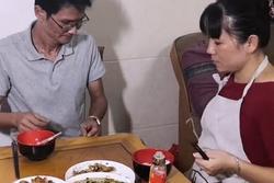 Chồng mải xem điện thoại không chịu ăn cơm, cô vợ trẻ cao tay bày ra 1 món làm dân mạng hả hê